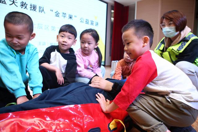 天津:蓝天救援队进园所